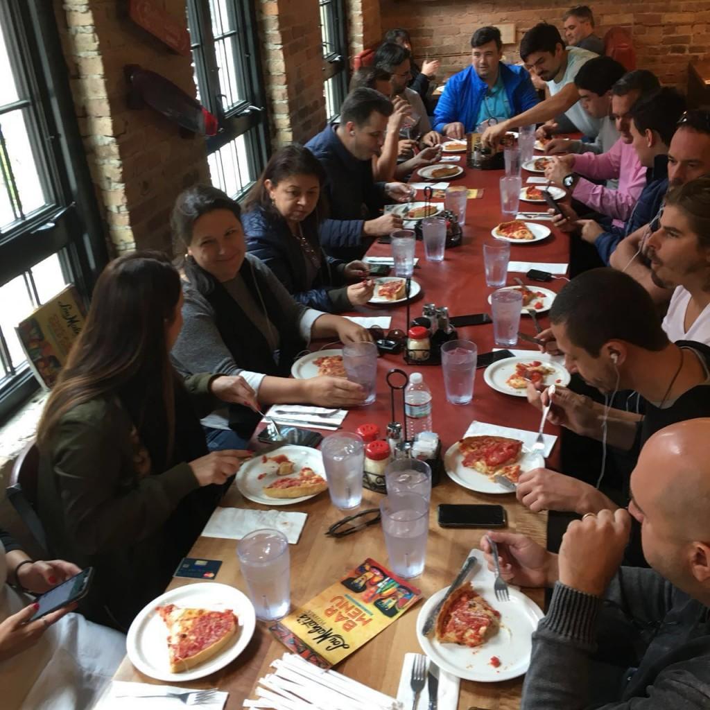 Celia e seu grupo na Pizzaria Lou Malnati's
